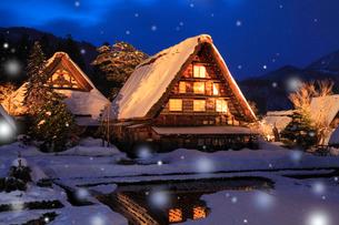 冬の白川郷・ライトアップ夜景と降雪の写真素材 [FYI02094366]