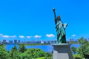 レインボーブリッジと東京タワーに自由の女神像の写真素材 [FYI02094444]