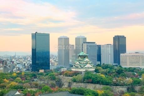 紅葉の大阪城と大阪ビジネスパーク夕景の写真素材 [FYI02094492]