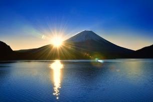本栖湖と富士山に朝日の写真素材 [FYI02094499]