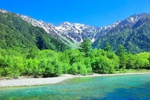 新緑の上高地,梓川と穂高連峰の写真素材 [FYI02094537]