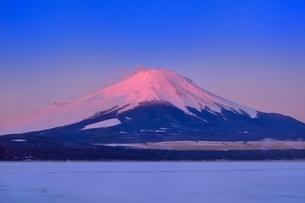 紅富士と山中湖の氷結雪原の写真素材 [FYI02094553]