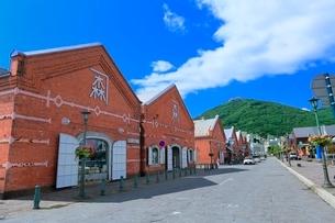 函館 金森赤レンガ倉庫と函館山の写真素材 [FYI02094573]