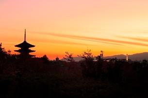 八坂の塔と京都市街夕景の写真素材 [FYI02094791]