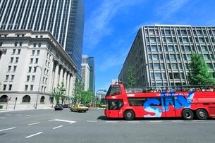 丸の内ビル街とスカイバスの写真素材 [FYI02094801]