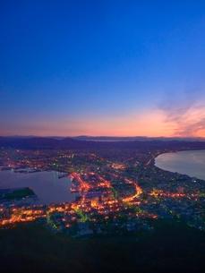 函館 函館山山頂より朝焼けの函館市街夜景の写真素材 [FYI02094834]