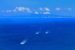 望郷台より根室海峡と北方領土・国後島に漁船の写真素材 [FYI02094886]