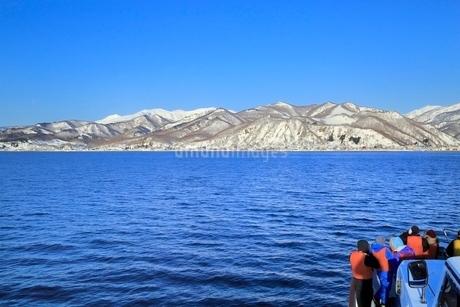 ネイチャークルーズ船より雪の知床半島の写真素材 [FYI02094889]