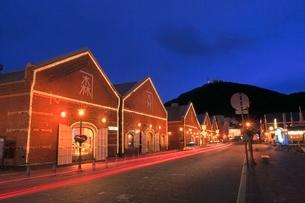 函館 金森赤レンガ倉庫と函館山の夜景の写真素材 [FYI02094902]