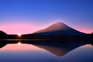 元旦・朝焼けの精進湖と逆さ富士に朝日の写真素材 [FYI02094920]