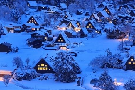 雪積る白川郷合掌造り集落の夜景の写真素材 [FYI02095008]