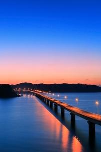 角島と角島大橋に海士ヶ瀬の夜景の写真素材 [FYI02095014]