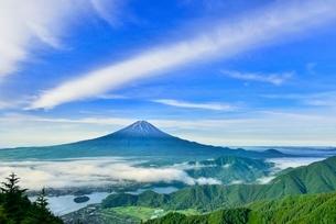 新道峠より富士山と河口湖にかかる雲海の写真素材 [FYI02095070]