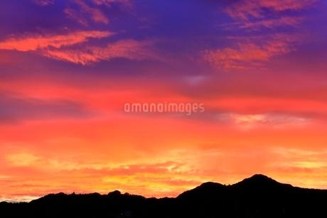 夕焼け空に山並みの写真素材 [FYI02095091]