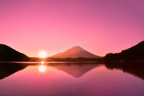 元旦・朝焼けの精進湖と逆さ富士に朝日の写真素材 [FYI02095101]
