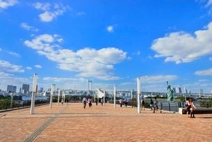 お台場海浜公園ウエストパークプロムナードと自由の女神像の写真素材 [FYI02095109]