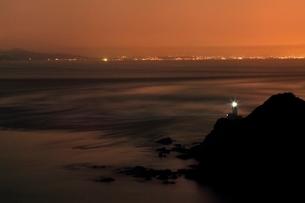 豊予海峡の朝焼けと佐多岬灯台の写真素材 [FYI02095130]