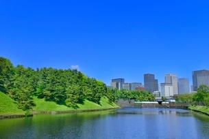 新緑の桜田濠と丸の内ビル群の写真素材 [FYI02095183]