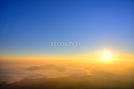 富士山8合目より朝日と朝焼けの雲海の写真素材 [FYI02095208]