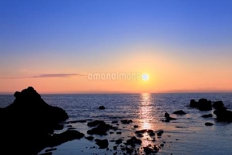 津軽深浦・千畳敷の夕日の写真素材 [FYI02095210]
