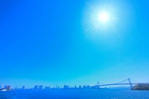 レインボーブリッジに太陽と光芒の写真素材 [FYI02095218]