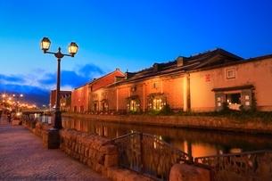 小樽,小樽運河と倉庫群のライトアップの写真素材 [FYI02095226]
