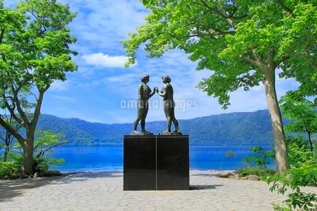 新緑の十和田湖と乙女の像の写真素材 [FYI02095251]