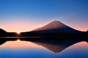 元旦・朝焼けの精進湖と逆さ富士に朝日の写真素材 [FYI02095289]