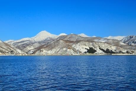 ネイチャークルーズ船より雪の知床連山と羅臼岳の写真素材 [FYI02095305]