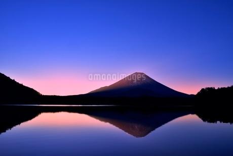 元旦・朝焼けの精進湖と逆さ富士の写真素材 [FYI02095358]