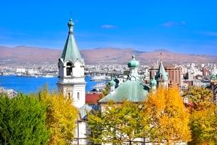 秋の函館 ハリストス正教会と紅葉の木々に函館湾の写真素材 [FYI02095405]
