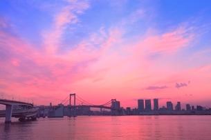 レインボーブリッジと夕焼けの写真素材 [FYI02095457]