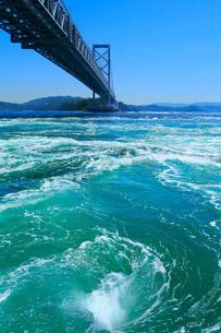 鳴門の渦潮と大鳴門橋の写真素材 [FYI02095508]