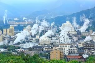 別府温泉の街並みと湯煙,の写真素材 [FYI02095509]