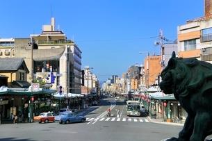 京都・四条通り 祇園の交差点の写真素材 [FYI02095512]