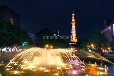 札幌,新緑の大通公園ライトアップとさっぽろテレビ塔の写真素材 [FYI02095519]
