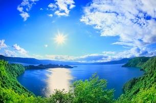 新緑の十和田湖と太陽の写真素材 [FYI02095580]