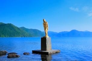 田沢湖とたつ子像の写真素材 [FYI02095674]