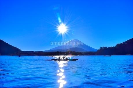 精進湖と富士山に太陽とカヌーの写真素材 [FYI02095699]