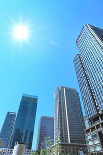 丸の内ビル群に太陽と光芒の写真素材 [FYI02095714]