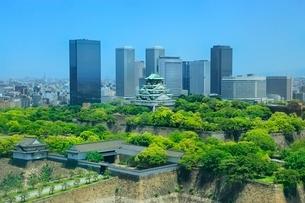 新緑の大阪城と大阪ビジネスパークの写真素材 [FYI02095720]