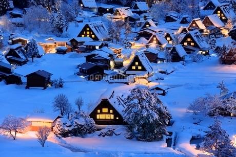 雪積る白川郷合掌造り集落の夜景の写真素材 [FYI02095727]
