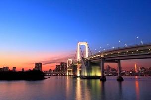 レインボーブリッジのライトアップと東京タワーに夕焼けの写真素材 [FYI02095731]