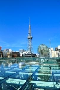 名古屋・オアシス21,水の宇宙船園路と名古屋テレビ塔の写真素材 [FYI02095751]