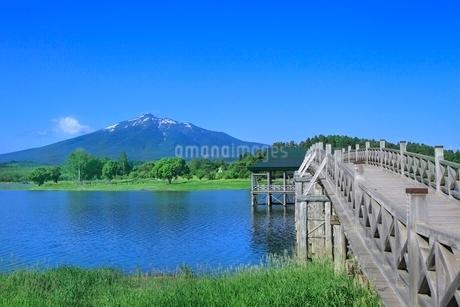 津軽富士見湖と岩木山に鶴の舞橋の写真素材 [FYI02095784]