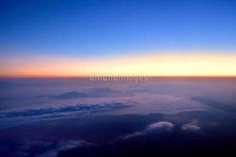 富士山8合目より朝焼けと雲海の写真素材 [FYI02095787]