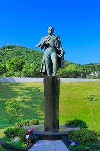 函館 ぺりー提督来航記念碑と函館山の写真素材 [FYI02095835]