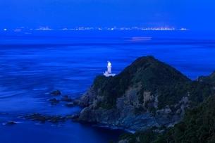 佐田岬半島先端の佐田岬灯台と豊予海峡夜の海の写真素材 [FYI02095899]