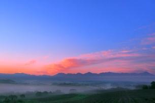 富良野 深山峠の朝焼けと霧に十勝連峰の写真素材 [FYI02095925]