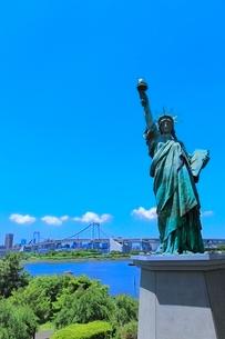 レインボーブリッジと東京タワーに自由の女神像の写真素材 [FYI02095960]